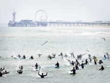 Surfers massaal in zee ter nagedachtenis aan in algenlaag verdronken Joost, Sander, Pim, Max en Matthijs