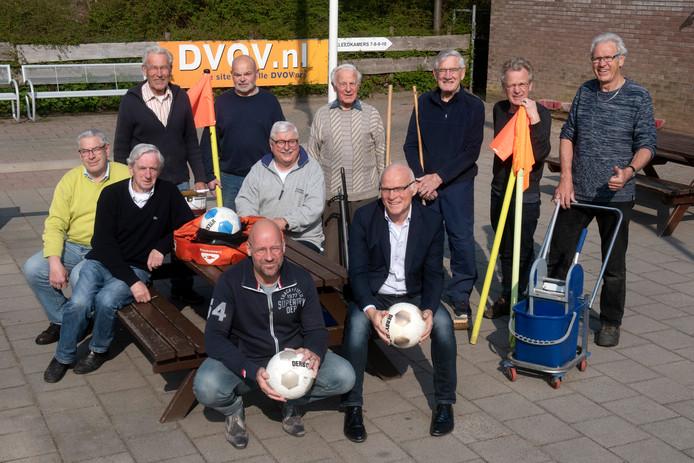 Een aantal van de vele vrijwilligers van de Velpse voetbalvereniging DVOV.
