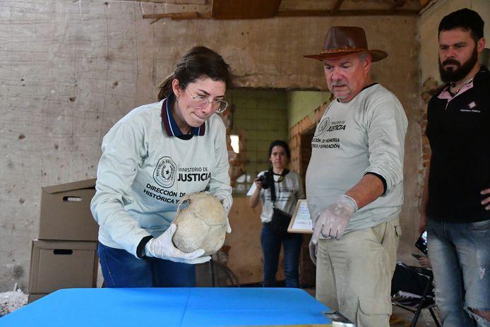 Onderzoekers inspecteren een schedel die werd gevonden in een voormalig pand van ex-dictator Alfredo Stroessner.