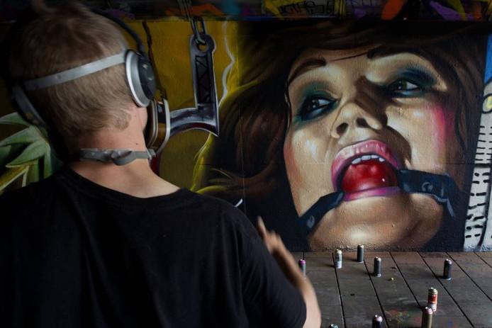 Een van de graffitikunstenaars die in de Berenkuil aan het werk zijn tijdens Step in the Arena. FOTO Kees Martens/fotomeulenhof