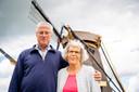 Johan en Corrie Barten in juli 2020 voor hun Goudriaanse molen zonder wiek.