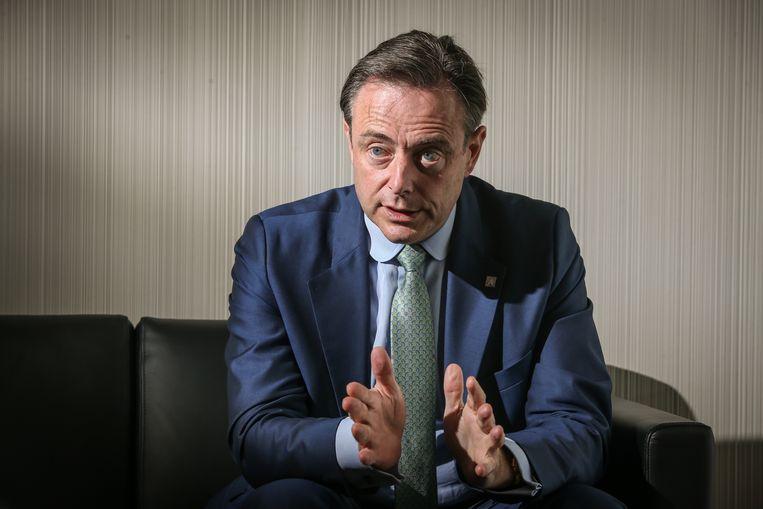De rode draad door het gelekte verslag is dat Bart De Wever, maar ook Theo Francken, de verantwoordelijkheid voor hun harde communicatie volledig in de schoenen van premier Michel schuiven.