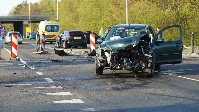Zware schade aan een van de voertuigen.