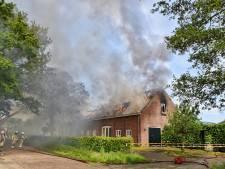 Grote brand woonboerderij Esbeek onder controle, woningen zwaar beschadigd