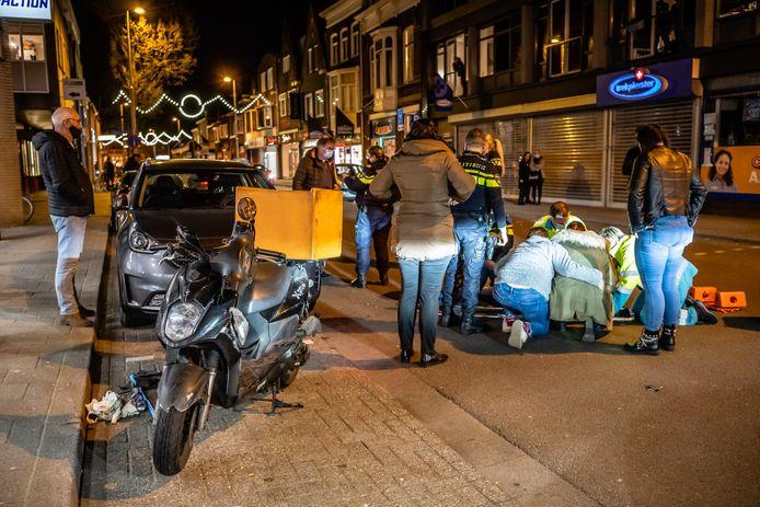 Maaltijdbezorger gewond na botsing met auto in Tilburg.