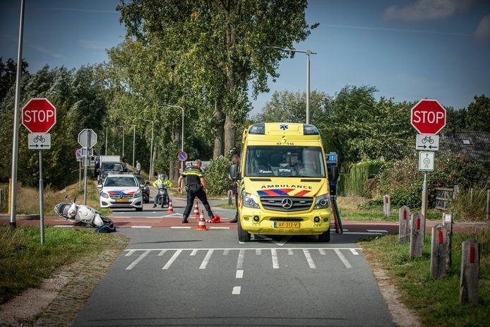 Hulpverlening na het ongeluk op het RijnWaalpad ter hoogte van de Rijkerswoerdsestraat in Arnhem.