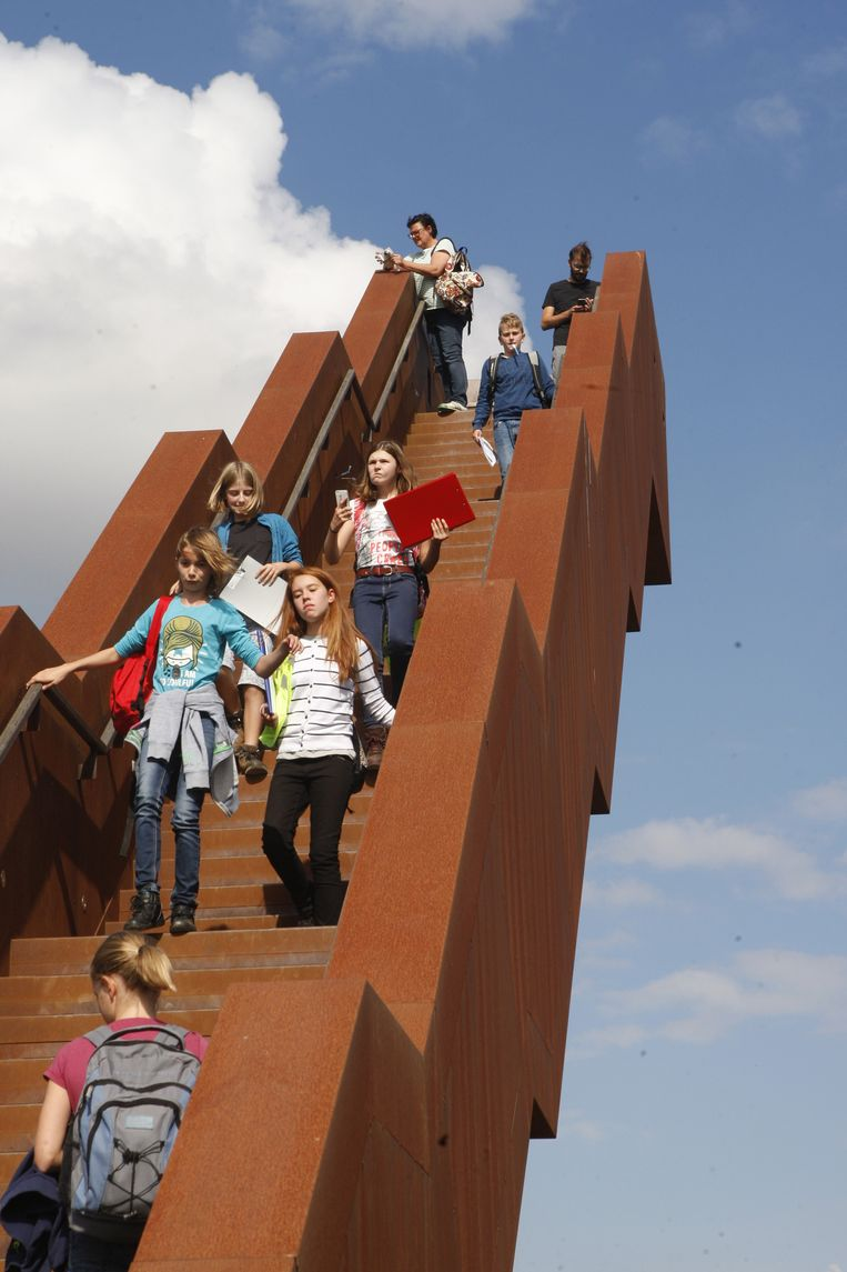 Enkele leerlingen gingen bovenaan de trap een kijkje nemen naar het uitzicht.