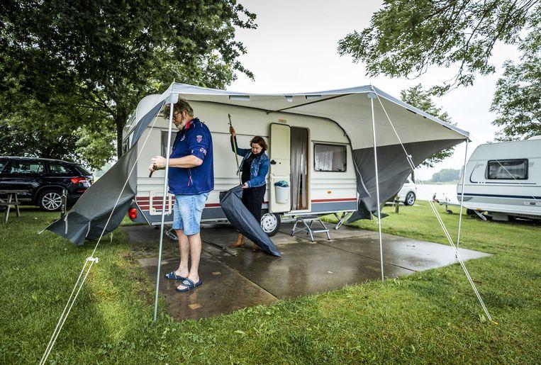 Een camping in Oosterhout wordt opgebroken omdat deze mogelijk onder water komt. Beeld ANP