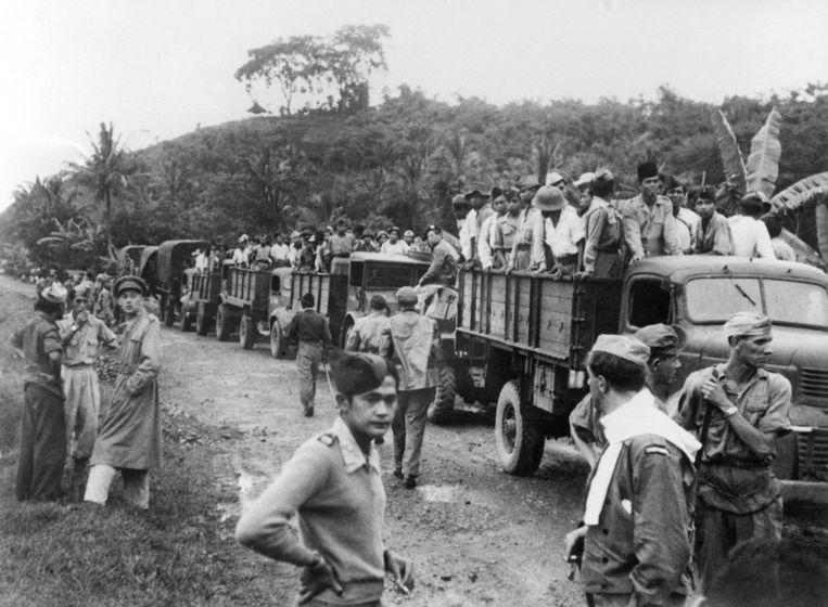 Met vrachtwagens woden gevangen soldaten van de Tentara Nasional Indonesia (TNI), geevacueerd. TNI werd gevormd door het samengaan van het Republikeinse leger en de Pemoeda's per 3 juni 1947. Op Java beschikte ze over 110.000 en op Sumatra over 64.000 man. Beeld ANP