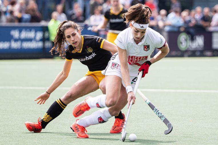 Eva de Goede (R) van Amsterdam in duel tegen Pleun van der Plas van Den Bosch. Beeld ANP
