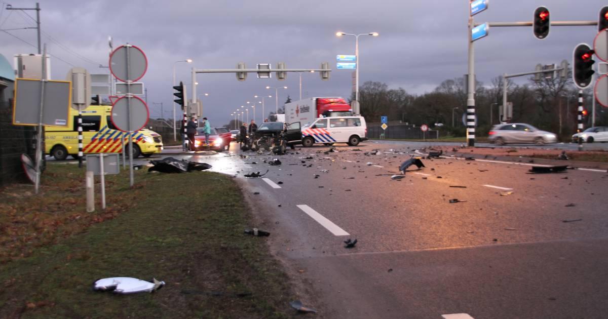 N35 bij Nijverdal bezaaid met brokstukken door ongeluk tussen bedrijfsbus en auto.
