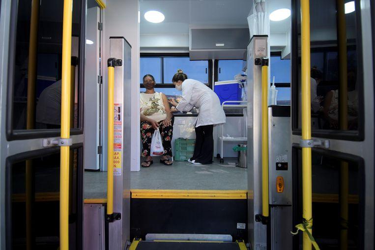 Een vaccinatie in Ouro Branco, Brazilië, door het Rode Kruis. Beeld REUTERS