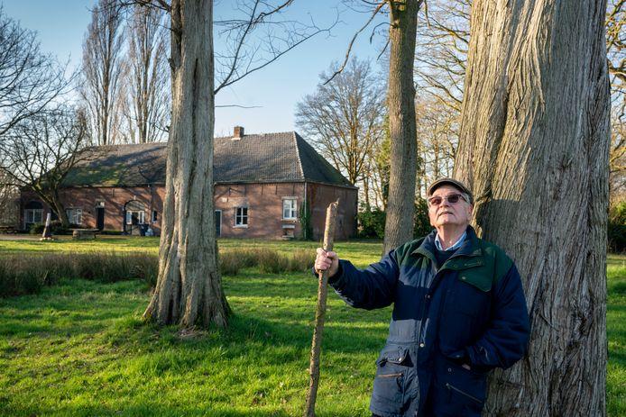Thom van Rijckevorsel op de plek waar het uitvaartcentrum komt met natuurbegraafplaats. Op de achtergrond de monumentale boerderij waar mensen straks terecht kunnen voor een koffietafel.