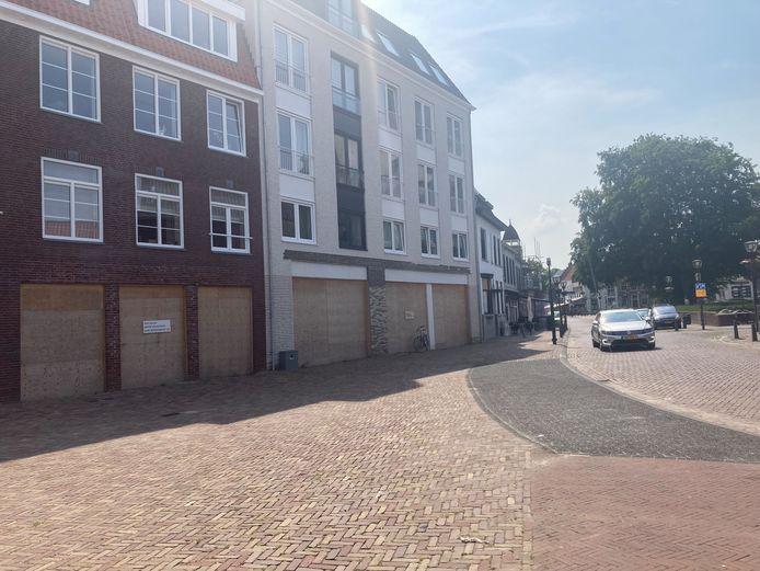 Waar het vermaakcentrum zou komen, is het pand aan de Houtmarkt al tijden dichtgetimmerd. Er is nu zicht op een woonbestemming, net zoals boven en naast het pand.