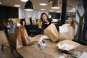 Anja Barten pakt tasjes met boeken inpakt voor de afhaalbieb (corona).