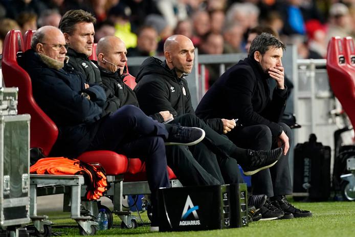 De huidige technische staf van PSV, met Mart van den Heuvel, Ruud Hesp, Reinier Robbemond, Jürgen Dirkx en Mark van Bommel.