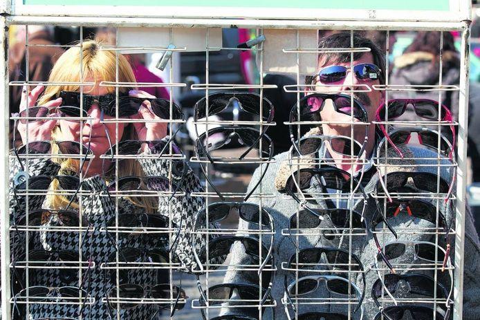 Zonnebrillen passen op de markt. Foto: Theo Kock