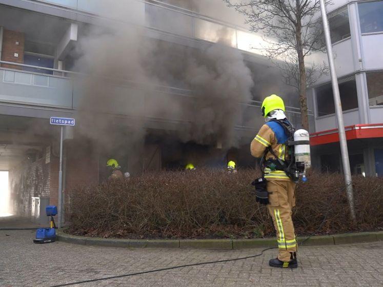 Monteur gewond door brand in seniorencomplex Vlaardingen