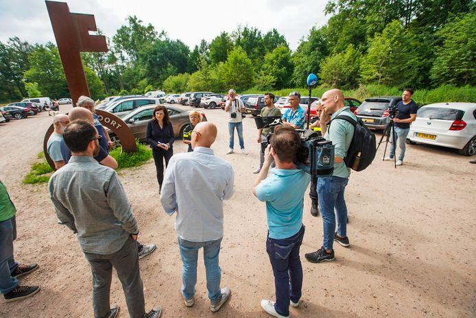 Op de heide heeft de pers zich dinsdagochtend verzameld rondom woordvoerder van het OM Renate Peters en politiewoordvoerder Yolanda Dols.