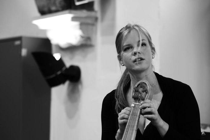 Marie Verstraete (33) speelt blokfluit en Middeleeuwse vedel.