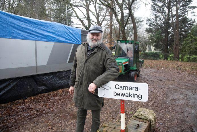 Henk Romein voor zijn omgebouwde SRV-wagen. Hij heeft vandaag op last van de gemeente zijn plek aan de Grootstalselaan verlaten.