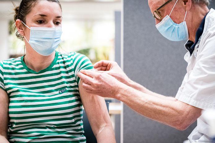 Een zorgmedewerkster tijdens het vaccineren van zorgpersoneel in het Catharina Ziekenhuis in Eindhoven.