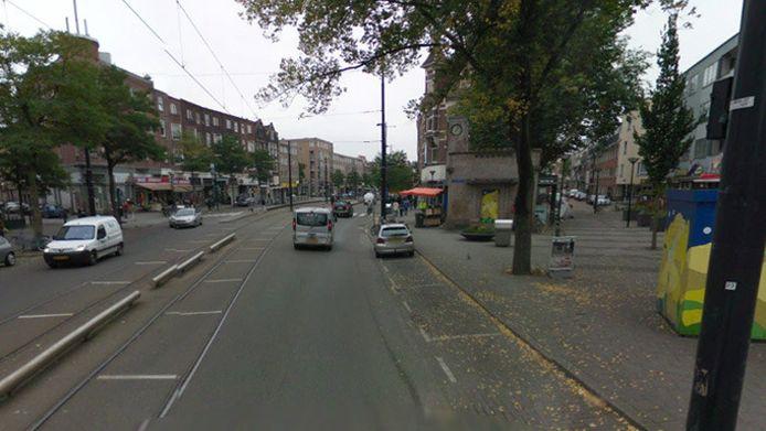Door nog onbekende reden, reed de auto tegen een lantaarnpaal op de Westkruiskade in Rotterdam.