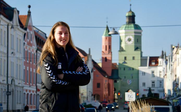 Iris Scholten in het centrum van Vilsbiburg, haar nieuwe woonplaats in Duitsland.