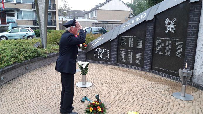 Adrie Tax was een vaste deelnemer aan de jaarlijkse herdenking van de bevrijding in Oss op 19 september. Hij verscheen dan steevast in zijn beveiligersuniform van de NV Organon.