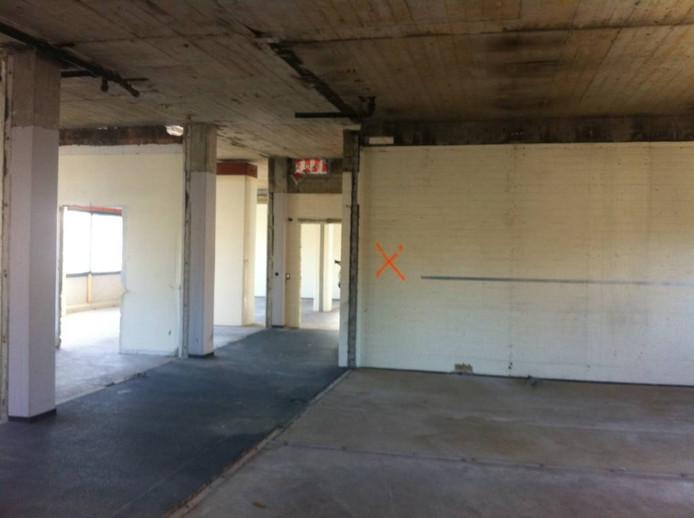 Achter deze muur (met het kruis) bevindt zich de extra asbestvondst. Foto Jordy Boschman