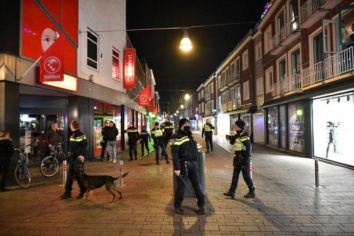 Politie op de been in de Langestraat in Enschede.