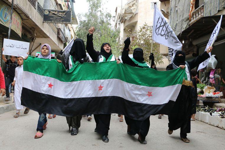 Vrouwelijke aanhangers van de Al Nusra-beweging in Syrië bij een protest tegen het Syrische regime in september. Beeld AFP