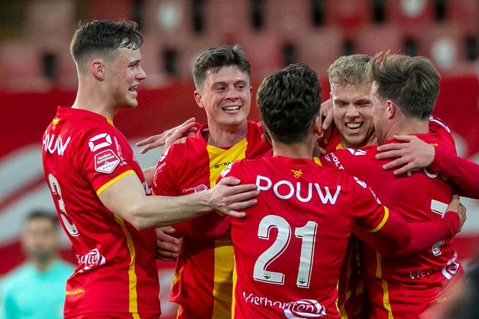 Het hechte Go Ahead Eagles viert een feestje na de fraaie 1-0 van Martijn Berden.