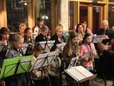 Publiek zwerft van optreden naar optreden in CHV Noordkade in Veghel