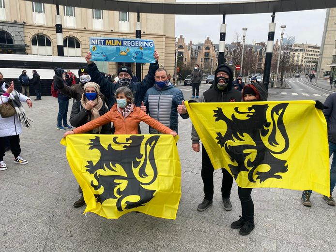 Sommige actievoerders hebben Vlaamse vlaggen en pancartes van een eerdere betoging van Vlaams Belang bij.