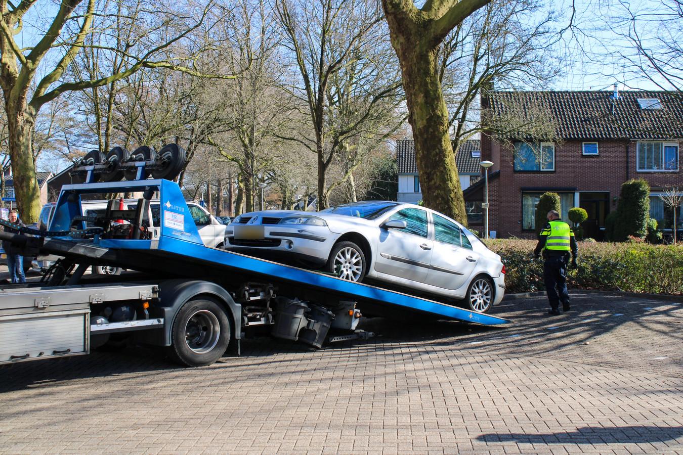 Bij de woning werd een auto door de politie in beslag genomen.