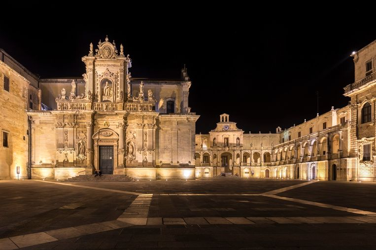 Een verlaten Piazza del Duomo in Lecce, Puglia. Beeld © Clickalps SRLs