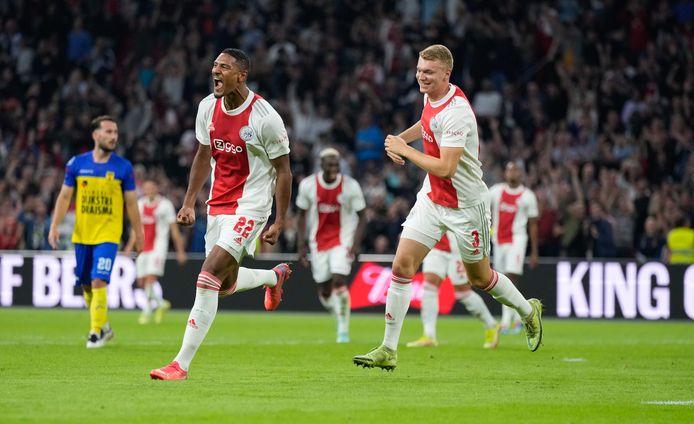 Sébastian Haller (l) viert een doelpunt namens Ajax tegen Cambuur.