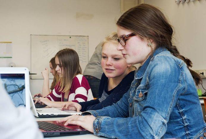Leerlingen zelfstandig aan het werk in De Nieuwste School in Tilburg. De school groeit sterk.