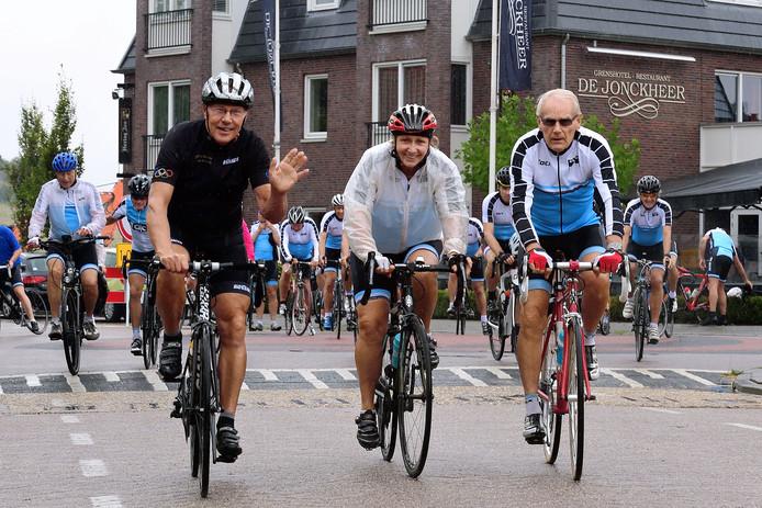 De wielertoppers van Club 48 reden donderdag vanuit Ossendrecht door West-Brabant en Tholen, met  op kop de toppers van 1968: (vlnr) Jan Krekels, Keetie van Oosten-Hage en Jan Janssen.