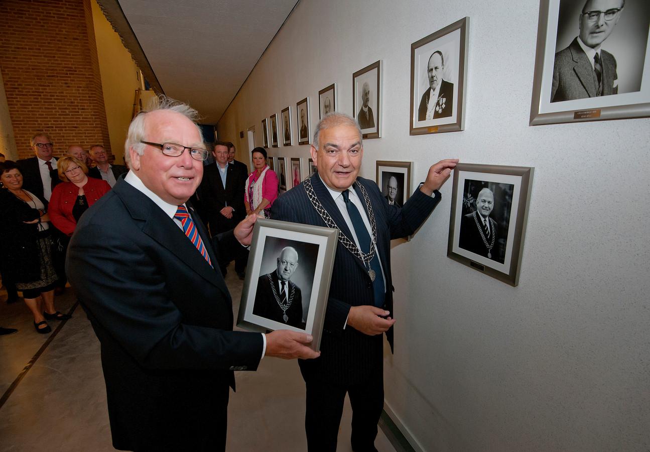Leo Elfers hangt in 2012 zijn eigen portret op in het stadhuis van Oldenzaal, waar hij waarnemend burgemeester was.