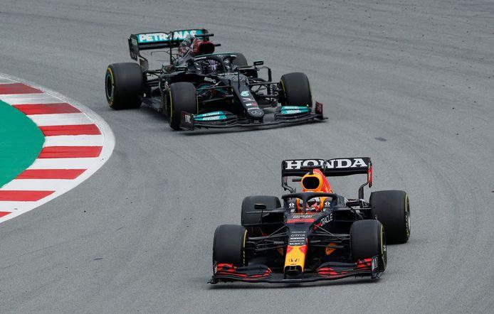 Max Verstappen (Red Bull) met achter zich Lewis Hamilton (Mercedes).