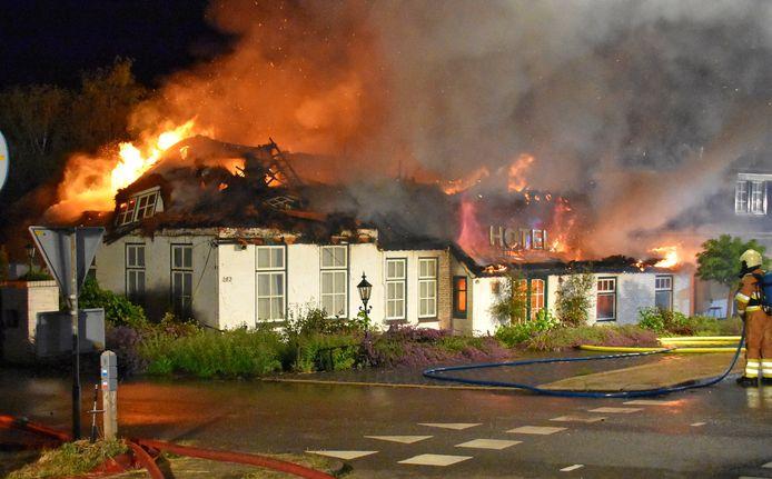 Voormalig hotel De Blauwe Hand gaat in vlammen op.