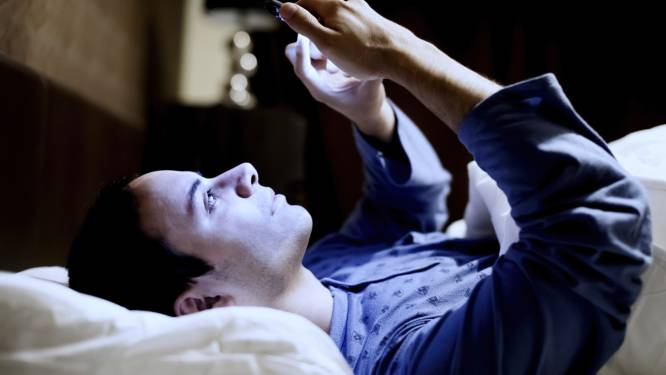 Dit gebeurt er met uw hersenen als u uw smartphone checkt voor het slapengaan