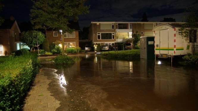 Straten in Vlijmen weer blank, nu door gesprongen waterleiding: 'We zijn al dat water spuugzat'