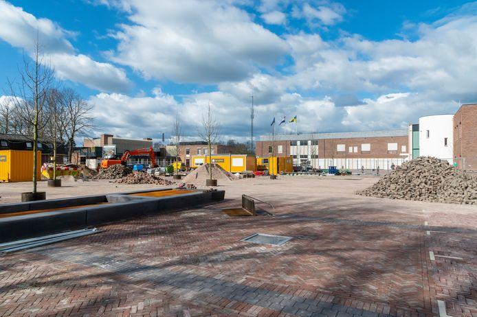 De eerste nieuwe boompjes op het nieuwe Fontanusplein en Kerkplein in Putten zijn geplant. De herinrichting is bijna klaar, maar pakt een stuk duurder uit dan voorzien.