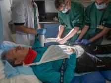Bij de verpleegkundigen op de fracturenpoli van het St Jansdal in Lelystad gaat de pieper continu: 'Op naar de volgende pols'