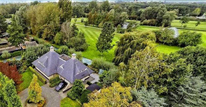 Volgens BekendeBuren zou Jan Peter Balkenende deze villa hebben gekocht.