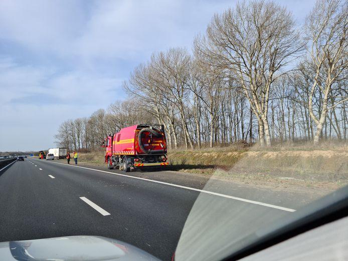 Er wordt momenteel aan gewerkt om de vrachtwagen uit de berm te krijgen.