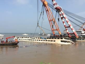 Kranen trekken schip recht, waarschijnlijk meer dan 440 doden
